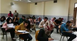 السيد عميد الكلية يتفقد اداء الامتحان التنافسي لطلبة الدراسات العليا